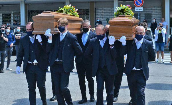 I feretri dei due fidanzati di Varese, Alessandro Merlo e Silvia Malnati, rispettivamente di 29 e 27 anni, morti nella tragedia della funivia di Stresa