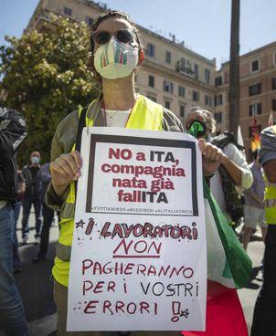 La protesta dei lavoratori Alitalia davanti al ministero dell'Economia contro il piano di ridimensionamento