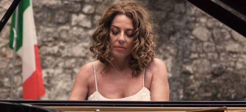La pianista Cristiana Pegoraro nel video in cui reinterpreta l'Inno di Mameli