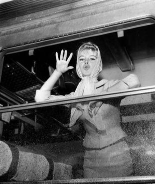 Una giovanissima Brigitte Bardot saluta dal treno: l'attrice oggi ha 86 anni
