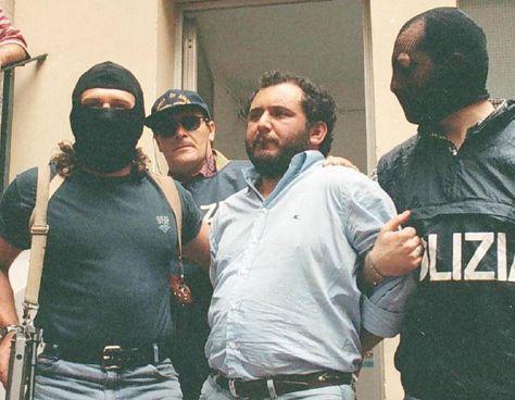 Giovanni Brusca, oggi 64 anni, scortato dagli agenti dell'antimafia il giorno dell'arresto: era il 20 maggio del 1996