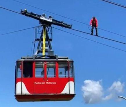 Un video, trasmesso dal Tgr Piemonte, mostra il salvataggio dei passeggeri dell'altra cabina: quella che, al momento dell'incidente, scendeva verso Stresa