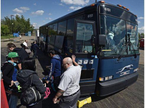 Passeggeri della compagnia bus americana Greyhound a Edmonton, in Canada