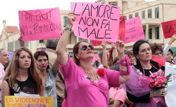 Una delle manifestazioni tenutesi a Pamplona, l'1 maggio 2018, dopo lo stupro di una ragazza di 18 anni
