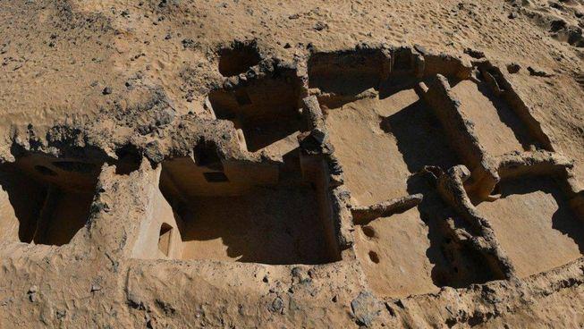 A sinistra il monastero. cristiano scoperto. a Tel Ganoub Qasr al-Agouz (in Egitto) visto dall'alto. Sopra, altre immagini del sito