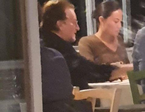 Sopra Bono Vox al tavolo della Locanda Lorena; a sinistra il titolare del locale Giuseppe Basso con il tovagliolo con il 'Grazie' e l'autografo lasciato dal popolare cantante irlandese