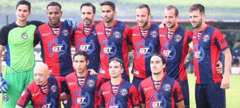 Enrico Ruggeri (in basso a sinistra) esordisce a 64 anni nel campionato di calcio di serie D con la squadra veneta del Sona