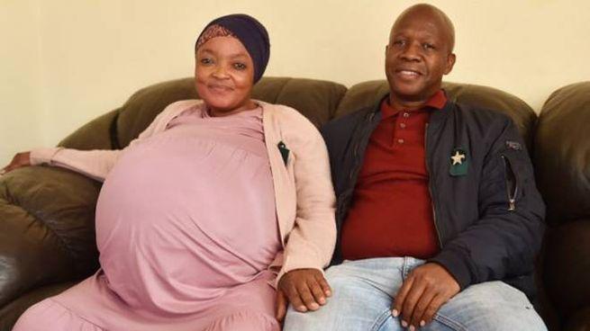La neomamma col marito prima del parto (Foto Thobile Mathonsi/African News Agency - ANA)