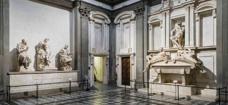 Sagrestia Nuova: a destra la Tomba di Giuliano duca di Nemours, realizzata da Michelangelo fra il 1524 e il 1534, dopo il restauro (. foto di Antonio Quattrone