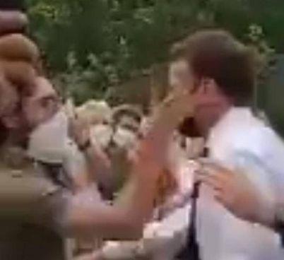 Il presidente francese Emmanuel Macron, 43 anni, nel momento in cui viene schiaffeggiato