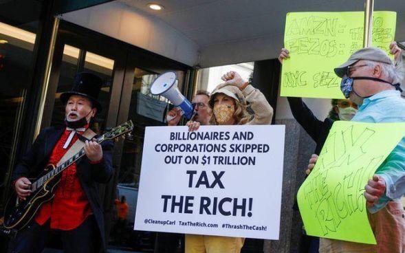 Una manifestazione di protesta per alzare la tassazione sui profitti delle multinazionali
