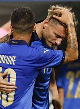Ciro Immobile, 31 anni, festeggiato da Lorenzo Insigne (30), suo grande amico e compagno in Nazionale