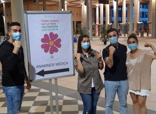 Alcuni ragazzi vaccinati sabato sera alla Fiera di Rimini