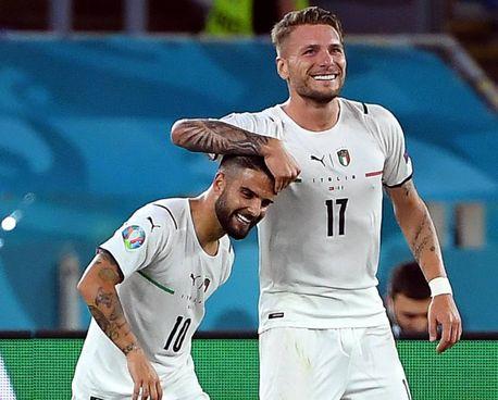 Ciro Immobile viene festeggiato da Lorenzo Insigne dopo il gol del 2-0