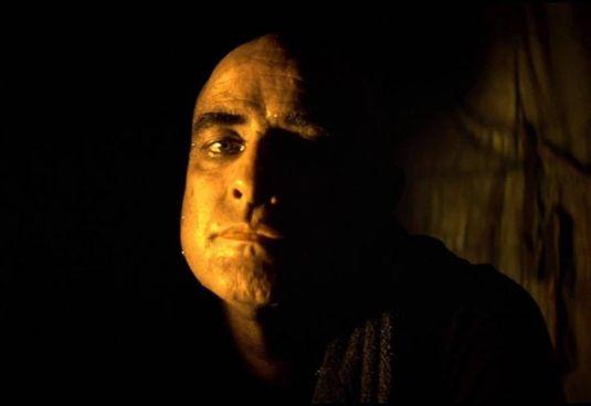 """Marlon Brando colonnello Kurtz con la fotografia di Storaro in """"Apocalypse Now"""""""