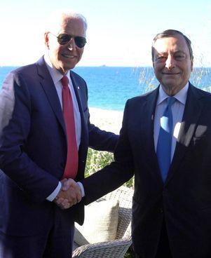 Il presidente americano Joe Biden, 78 anni, insieme al premier italiano Mario Draghi, 73, al G7 a Cardis Bay