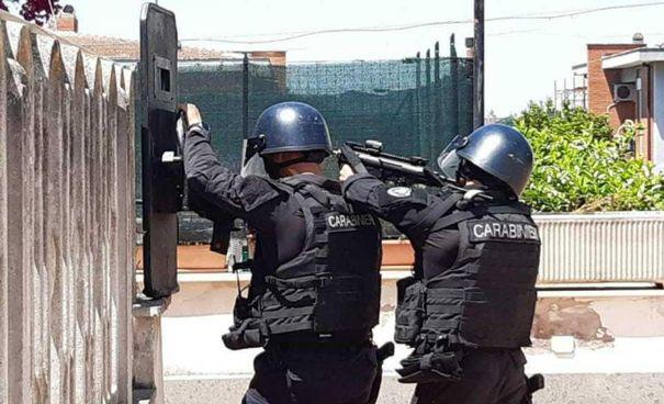 I carabinieri del Gis in azione ad Ardea. Sopra, Daniel e David Fusinato, 10. e 5 anni