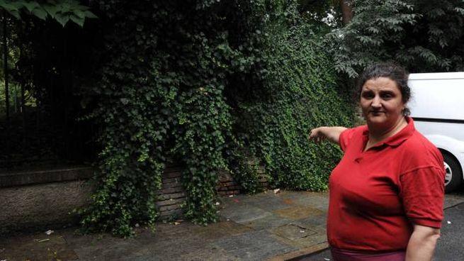 Susanna Cubitosi mostra il degrado di vicolo Albareto (foto Fiocchi)