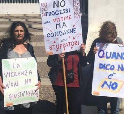 Cartelli e slogan di una manifestazione contro la violenza sulle donne