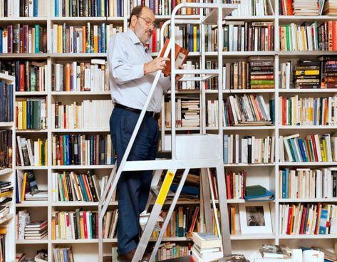 Umberto Eco (1932-2016) nella biblioteca della sua casa milanese dove sono custoditi circa trentatremila volumi