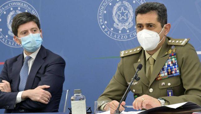 Il ministro della Salute, Roberto Speranza, 42 anni, con il generale Francesco Figliuolo, 59 anni, alla. conferenza stampa di ieri
