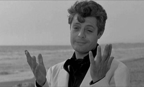 """Marcello Mastroianni (1924-1996) in una scena de """"La dolce vita"""" girata sul litorale laziale"""
