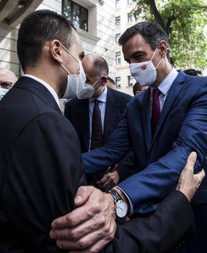 Il ministro degli. Esteri italiano, Luigi Di Maio, 34 anni, con il premier della Spagna, Pedro Sanchez (49)