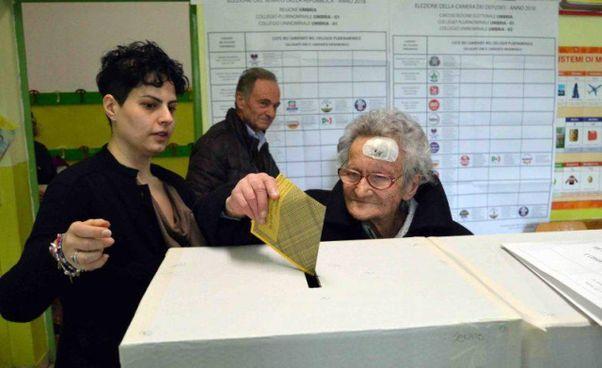 Luisa Zappitelli depone il suo voto nell'urna del seggio elettorale. Dal 1946, quando le donne votarono per la prima volta, non ha mai saltato una consultazione