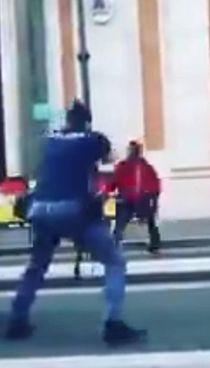 Un frame del video che mostra l'uomo circondato dalla Polizia