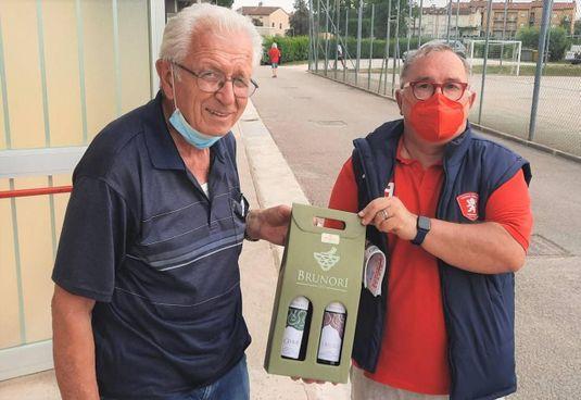 Bonacchi (a sinistra) riceve il vino dal presidente della Jesina Contorti