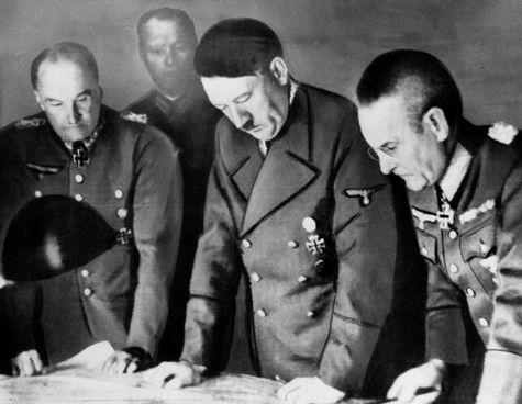 Adolf Hitler (1889-1945) con i suoi generali. Durante la campagna di Russia il Fuhrer assunse personalmente il comando