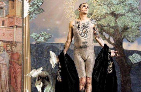Lo stravolgimento dello stereotipo maschile nel nude look di Achille Lauro (30 anni) sul palco del Festival di Sanremo. 2020