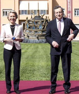 Mario Draghi, 73 anni, con Ursula von der Leyen, 62 anni, ieri a Cinecittà