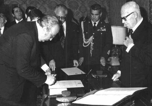 Giovanni Spadolini giura davanti al presidente Sandro Pertini per la formazione del suo primo governo, nato il 28 giugno 1981
