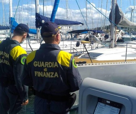 Uno dei controlli delle forze dell'ordine a Marina Dorica: qui le Fiamme Gialle