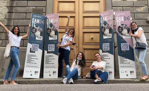 Le organizzatrici di «Dan(za)te», una tre giorni di visite guidate nel centro storico di Prato in occasione dei 700 anni dalla morte di Dante
