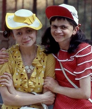 Mariangela Fantozzi, interpretata da Plinio Fernando (a destra), con la Pina, Milena Vukotic