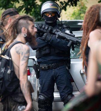 Il 18 giugno si è concluso con 12 arresti e almeno 14 feriti un rave party con 1.500 partecipanti a Redon, in Bretagna. A destra, il dopo rave a Maleo (Lodi)