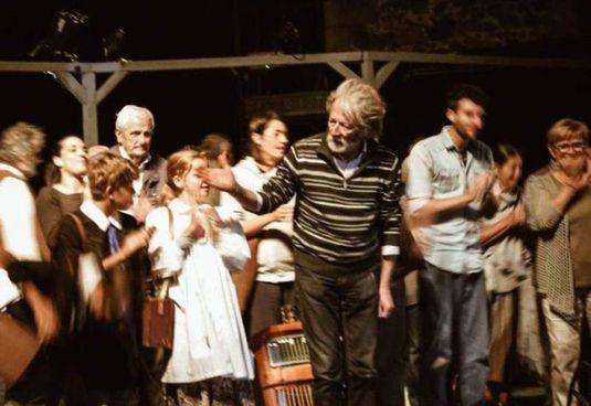 Andrea Cresti con i cittadini-attori del Teatro Povero di Monticchiello (Siena)