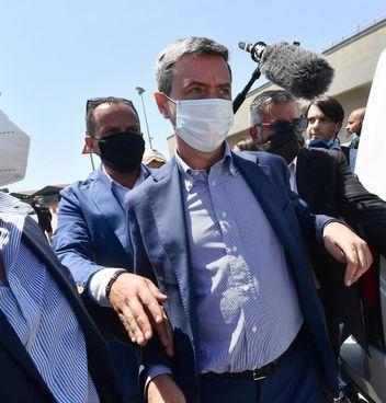 Il ministro del Lavoro, Andrea Orlando, 52 anni, ieri è stato contestato dagli operai dell'ex Ilva a Genova