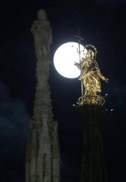 La Madonnina del duomo di Milano illuminata dalla Luna