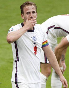 Harry Kane, 27 anni, ha trovato il primo gol del suo Europeo: in uscita dal Tottenham, su di lui c'è il City. Nel riquadrato, sugli spalti il principe William con la moglie Kate