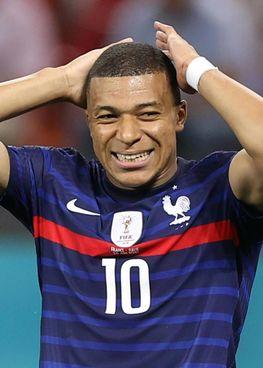 Kylian Mbappè, 22 anni, la grande delusione dell'Europeo: zero gol segnati e l'errore sul rigore decisivo. Il Pallone d'Oro si allontana forse definitivamente