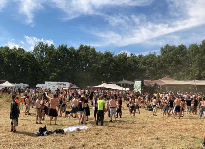 Рейв-вечеринка на Пизанских холмах, тысячи молодых людей со всей Европы на оскорбительной вечеринке