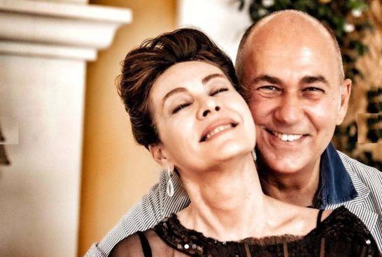 Ferzan Ozpetek con Elena Sofia Ricci: l'attrice veste i panni di Mirtilla nella rivisitazione televisiva del film Le fate ignoranti (2001)