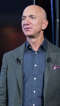 Jeffrey Preston Bezos, 57 anni, è un imprenditore statunitense
