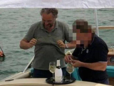 Patrick Alexander Kassen, 52 anni, brinda con lo champagne assieme al suo amico