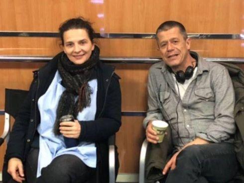 """Juliette Binoche (57 anni) sul set di """"Ouistreham"""" con Carrère, 64 anni"""