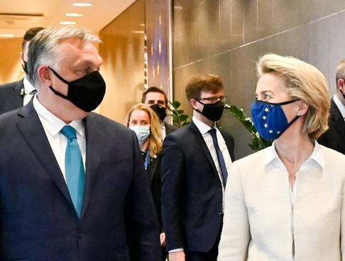 Il premier ungherese Victor Orbán, 58 anni, con la numero uno della Commissione Ue, Ursula von der Leyen, 62 anni