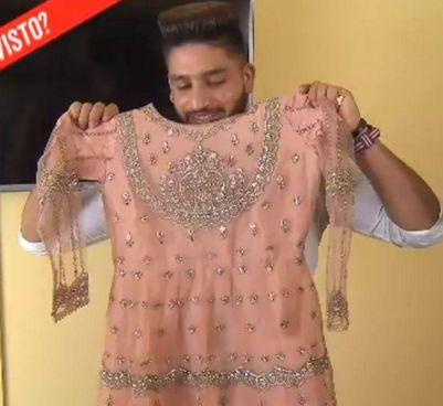 Il fidanzato di Saman, Ayub Saqib,. mostra l'abito che la ragazza aveva scelto per. sposarsi con lui